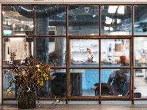 Ett kök sett genom ett fönster