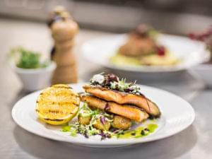 fisk, potatis och citron på en tallrik