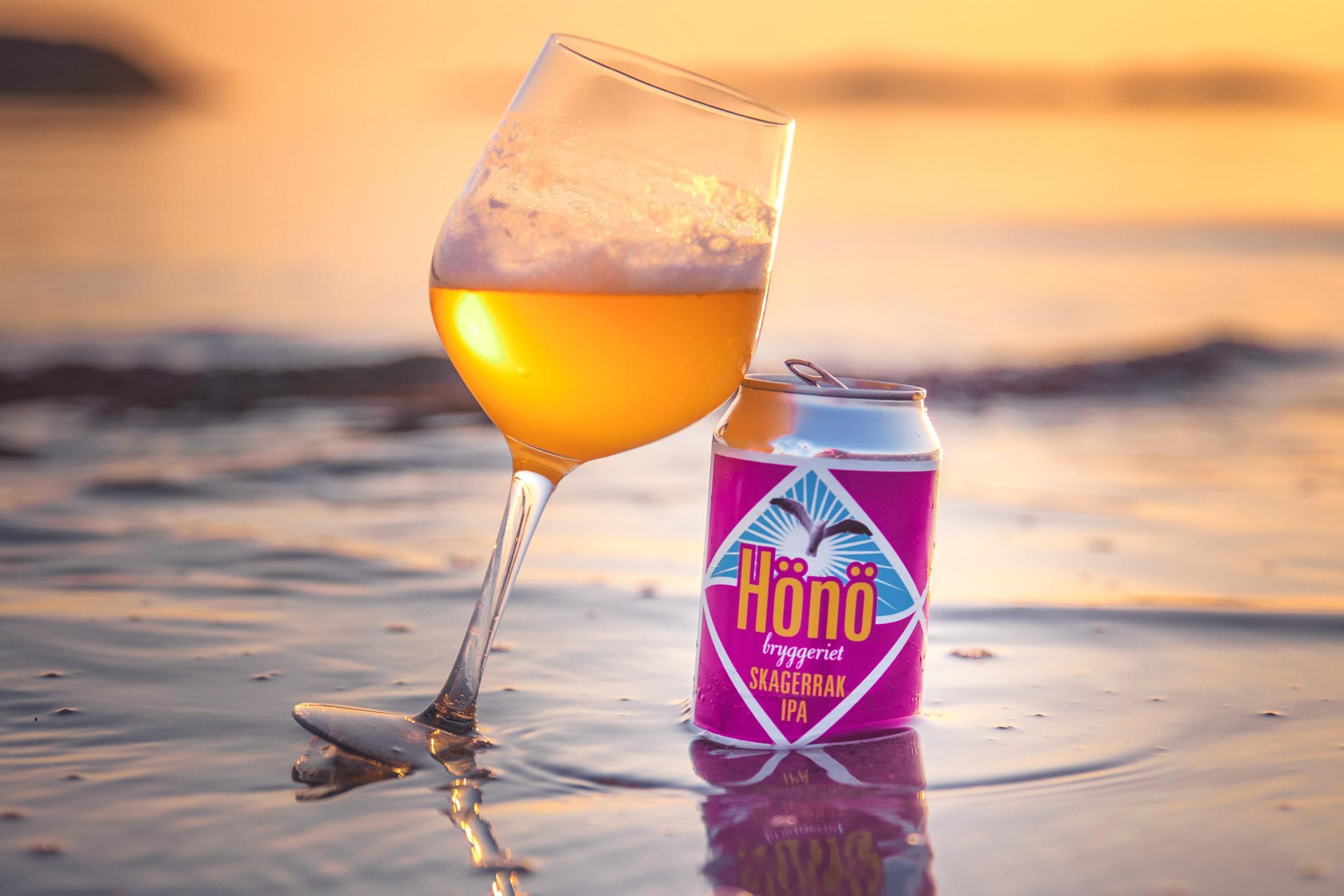 Ett glas öl i solnedgången