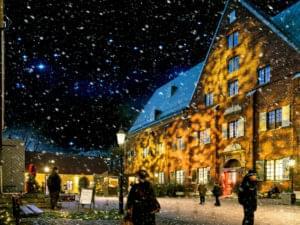 människor på julmarknad i snöfall