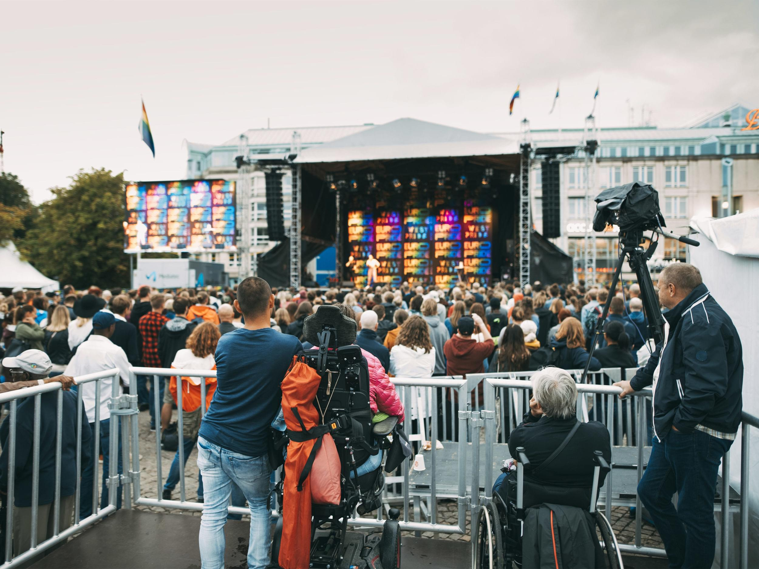 Personer i rullstol ser konsert på Göteborgs Kulturkalas.