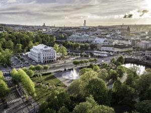 Bältesspännarparken från ovan, gröna träd och en fontän.
