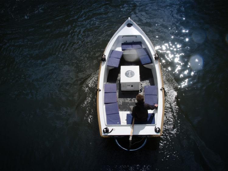 Båt i vatten fotograferad ovanifrån