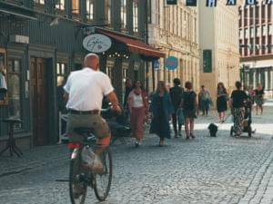 Person cyklar på Haga Nygata