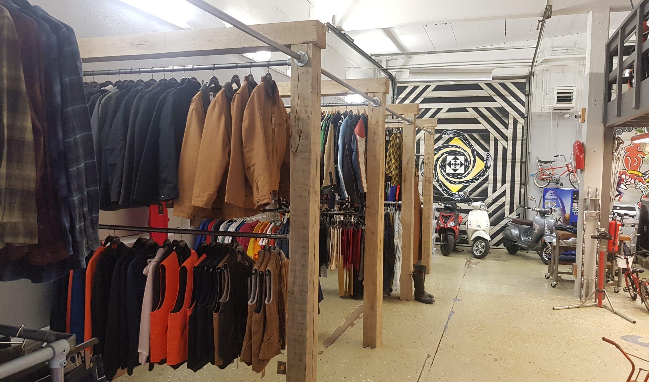 Jackor och västar som hänger i butiken.