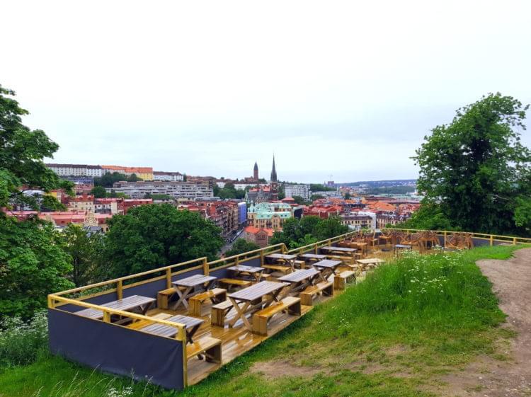 Uteservering med Göteborg i bakgrunden.