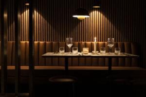 Dukat bord framför en brun skinnsoffa.