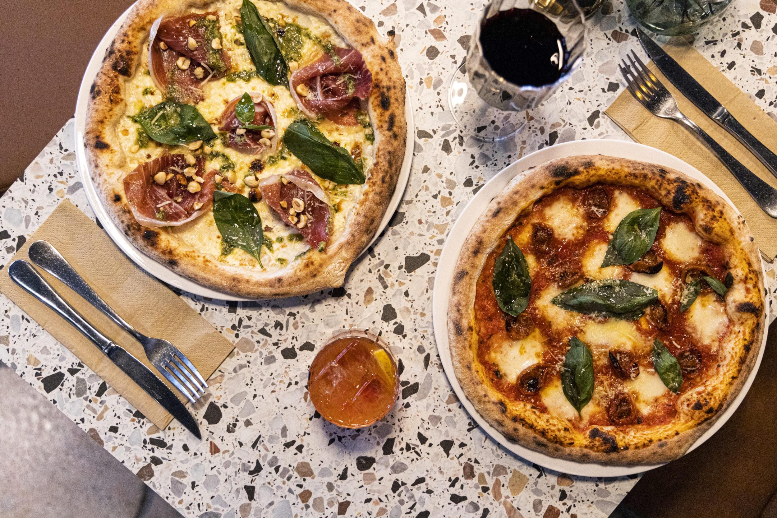 Två pizzor fotade ovanifrån.