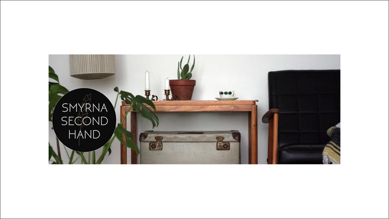 Bild på ett bord, en stol och krukväxt