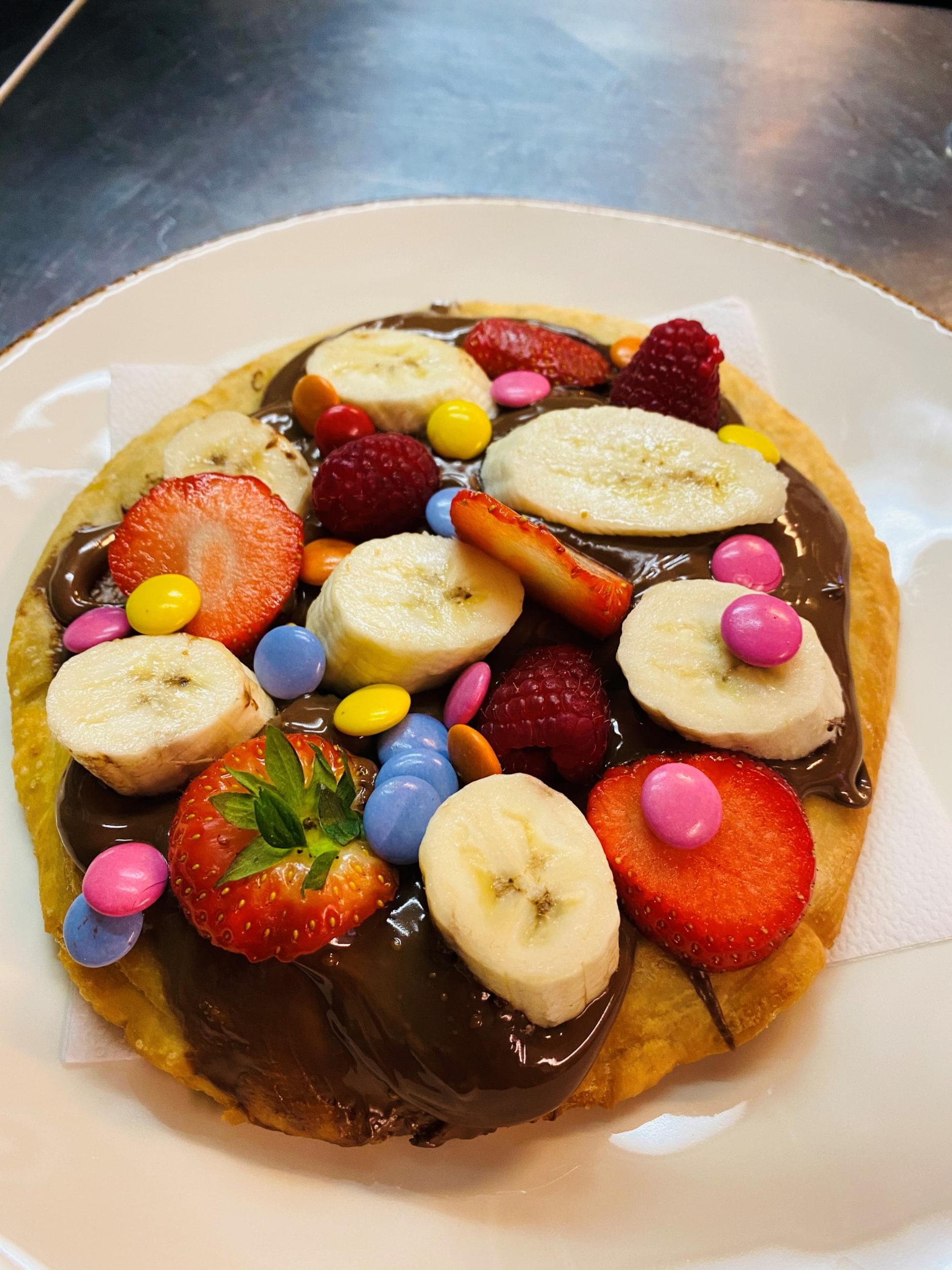 Langos med jordgubbar, choklad, banan och non stopate, banana and non stop