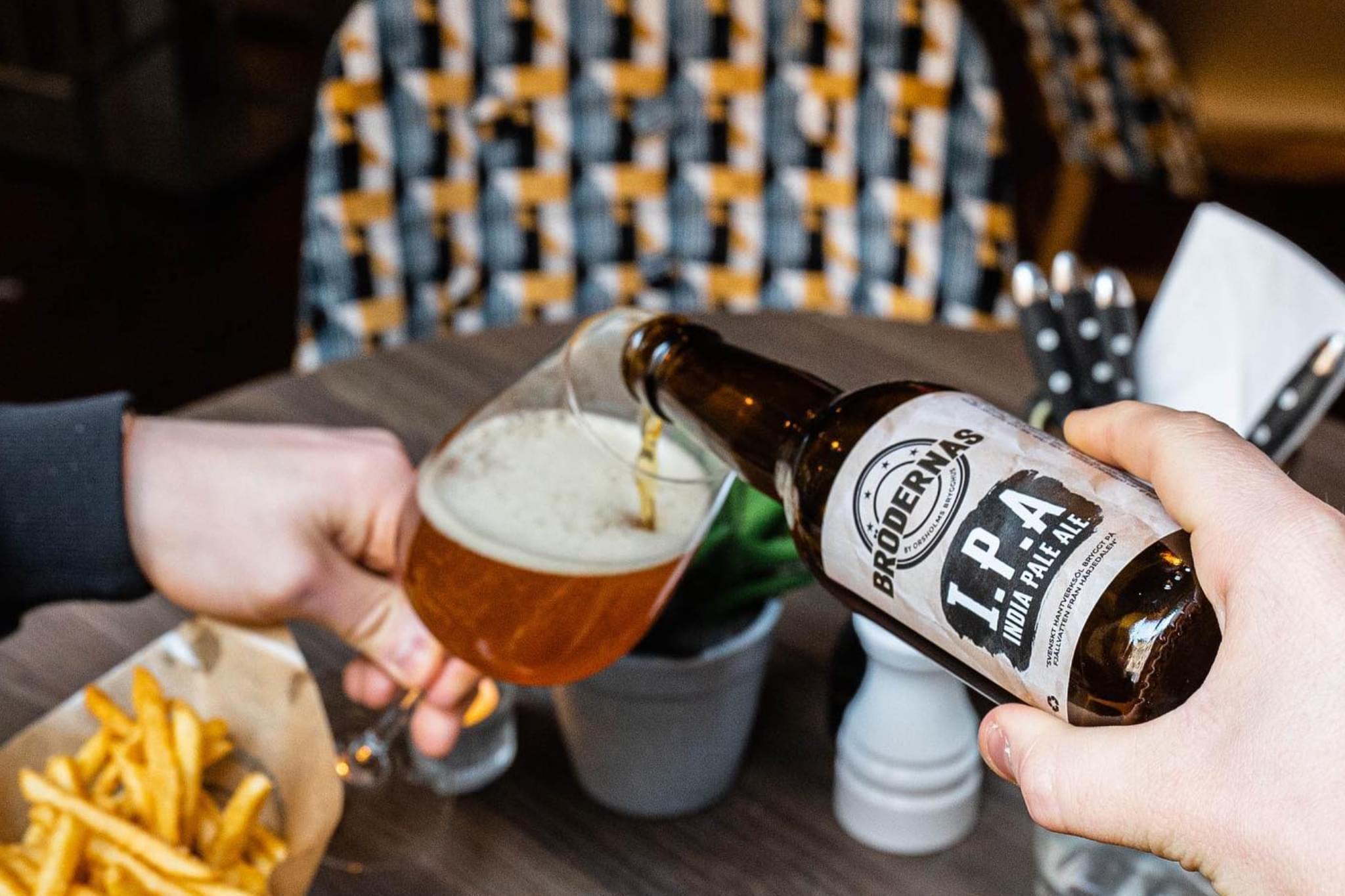 Ett glas öl hälls upp
