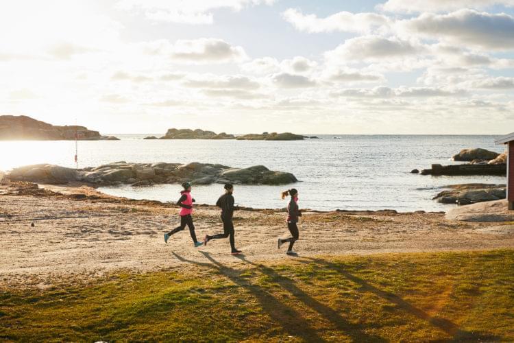 Skärgårdsleden, tre vandrare vid havet.