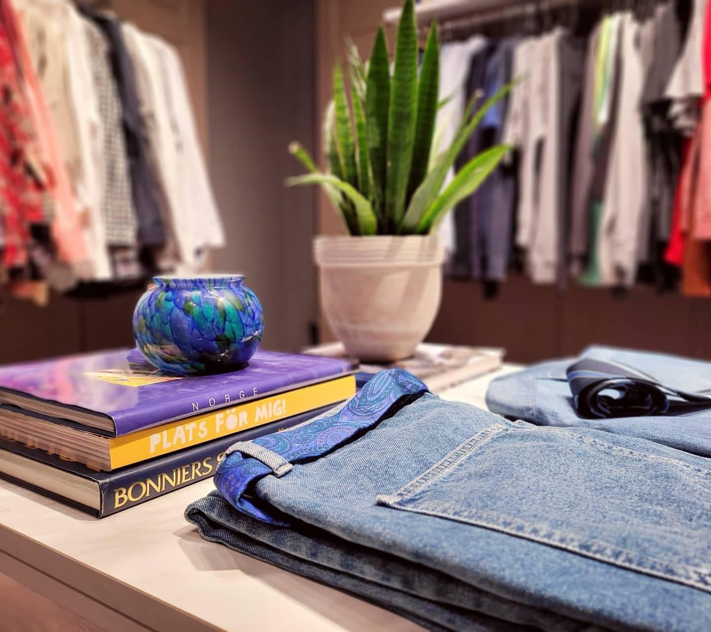 Ett bord med jeans och böcker