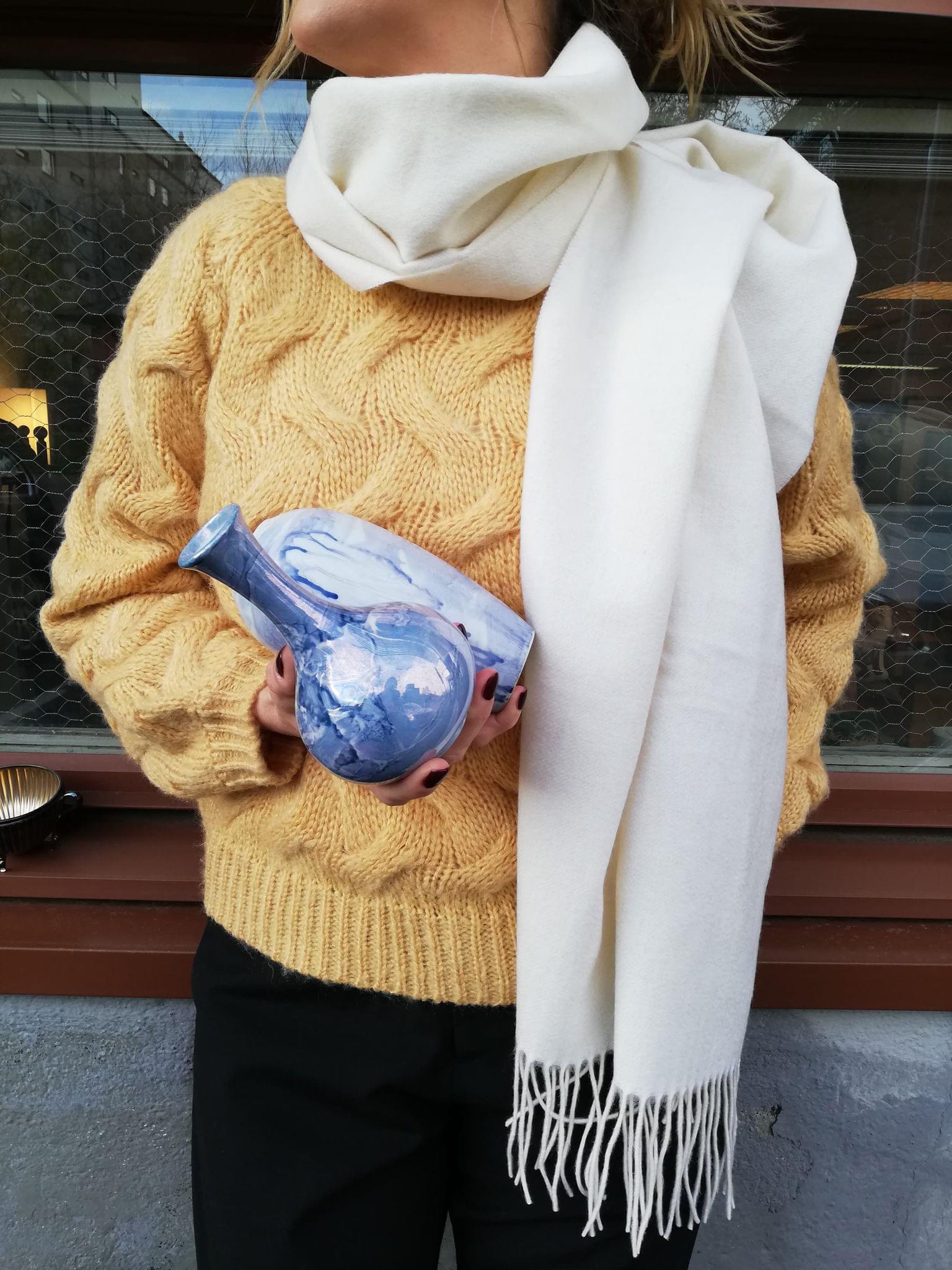 Bild på en stickad tröja och halsduk