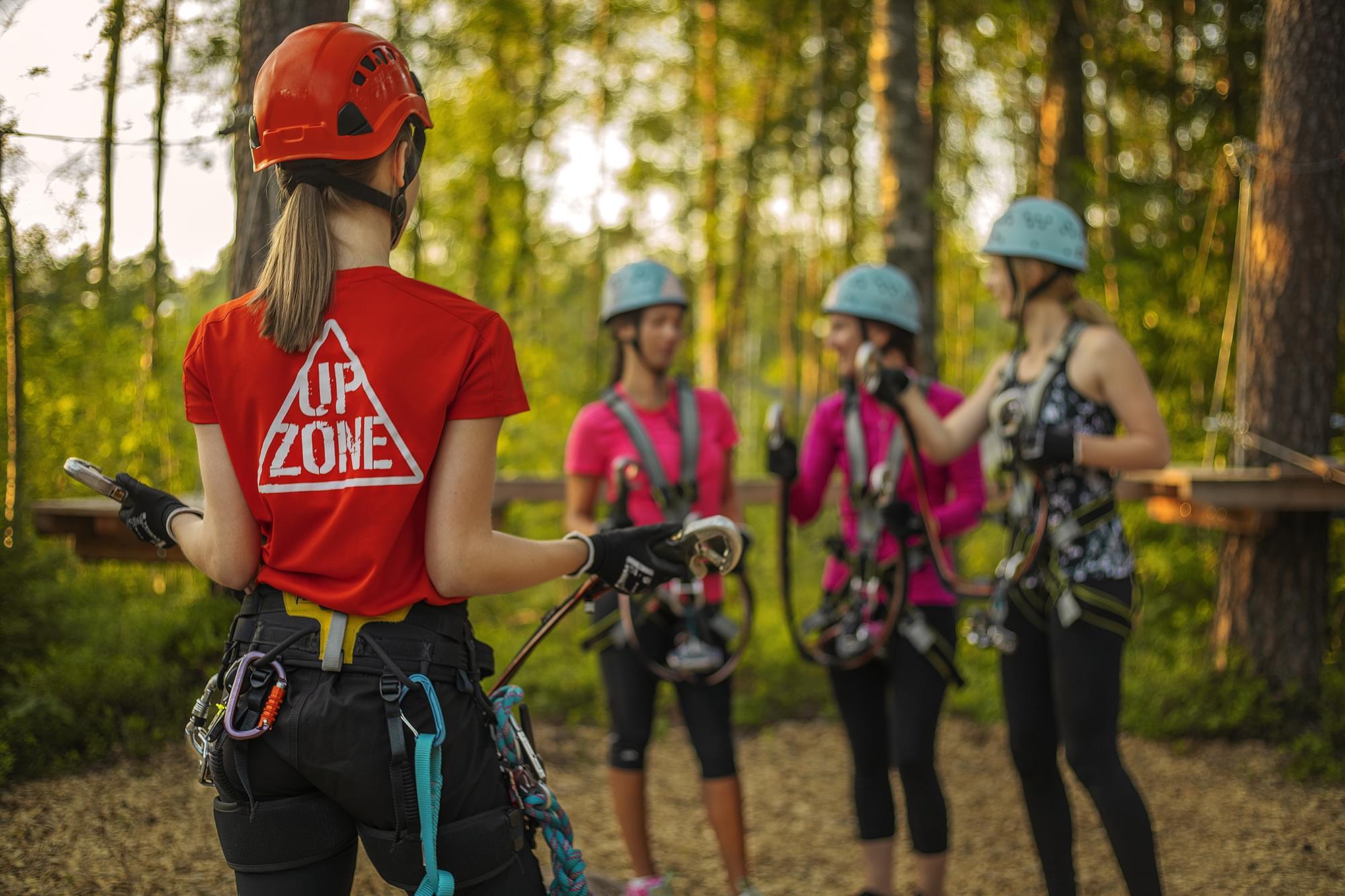 Fyra tjejer i klätterutsrustning