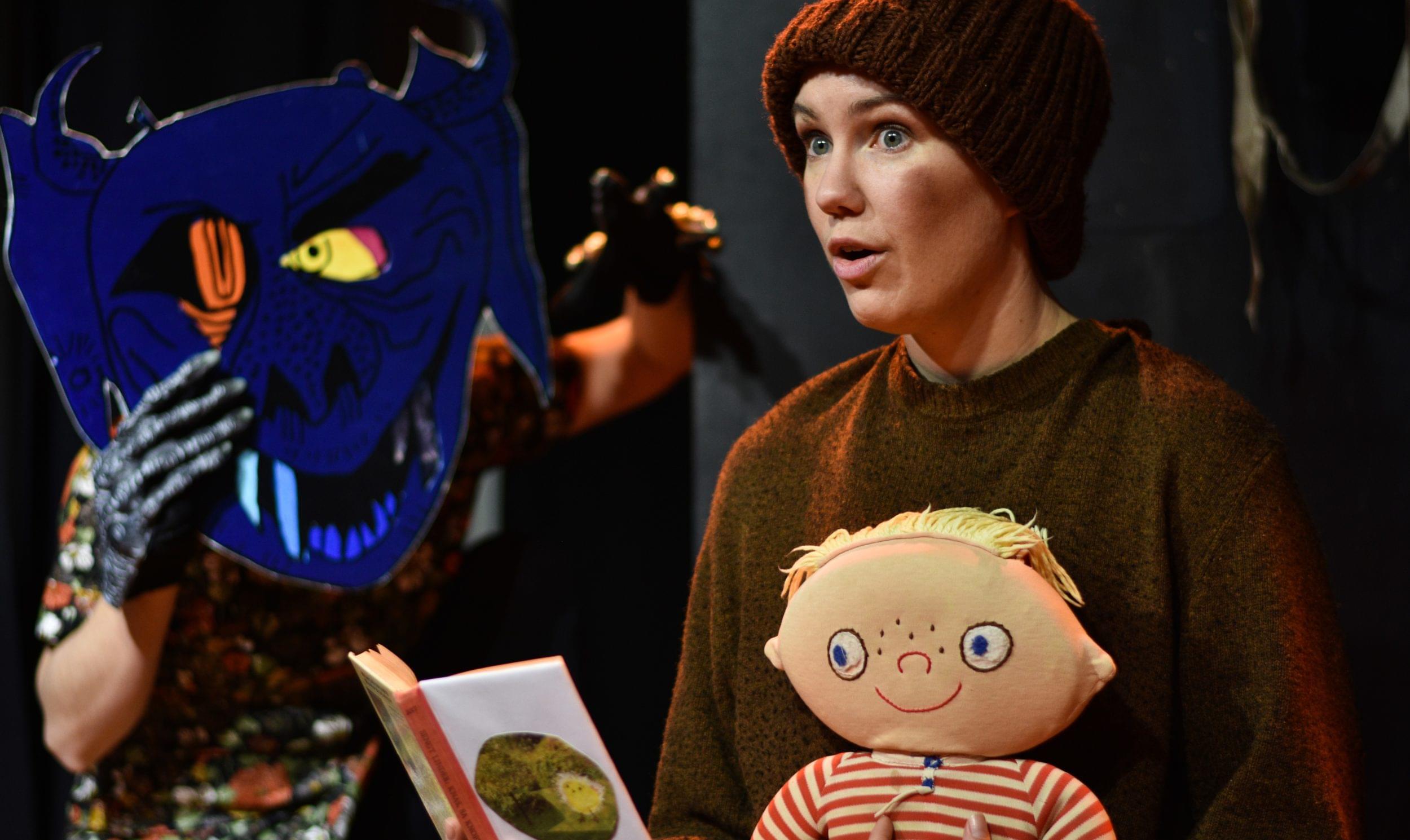 I teatern Alfons läser med Småtting i knät. Bredvid ser vi monstert med mask och läskiga händer. Ur Mera Monster Alfons Åberg