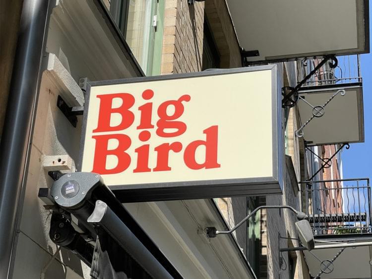 """Skylt med texten """"Big Bird"""""""