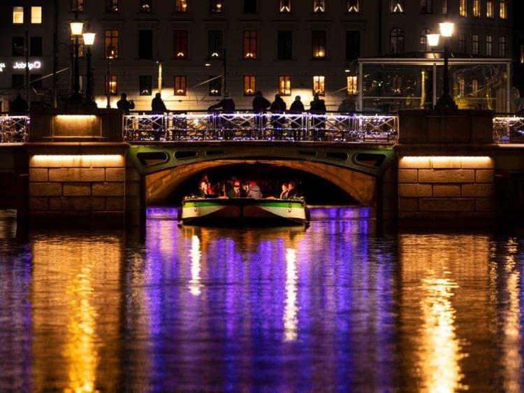 båt på kanal i julbelysning
