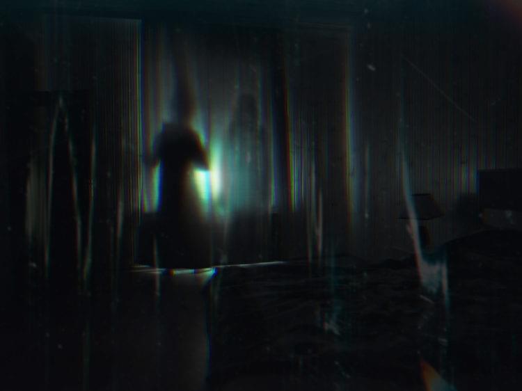 skuggor bakom en gardin i ett mörkt rum