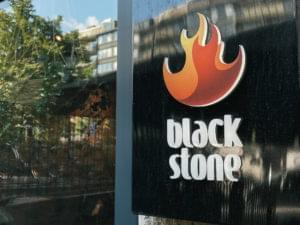 Blackstones logo, en gulröd flamma mot svart bakgrund